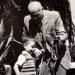 Profesor Miler pokazuje chłopcu zaskrońce